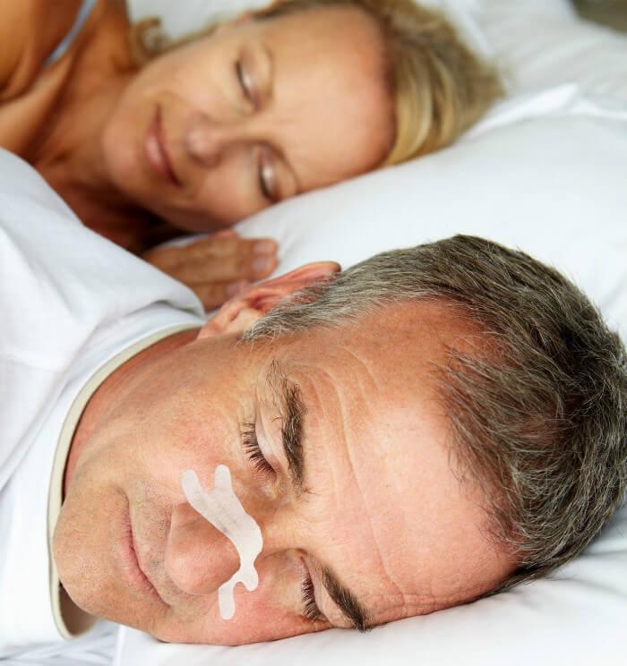 Neuspleisters tegen snurken - snurkende man