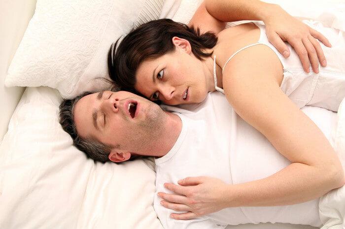 Snurken voorkomen - snurkende man