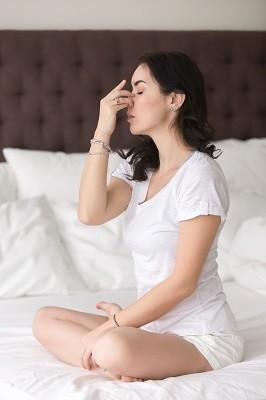 Exercices de respiration au lit pour évacuer le mal de tête